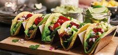 Serve Tacos with a twist! Fill your Tacos with feta cheese, pomegranate, mango and coriander and enjoy! Santa Maria, Mexican Food Recipes, Healthy Recipes, Ethnic Recipes, Healthy Food, Tacos, Grenade, Tex Mex, Fajitas