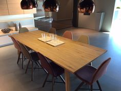 Poggenpohl shworoom with Spoinq table and chairs in beautiful colors.
