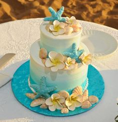 Wedding Cakes - Maui Wedding Cakes Inc. Hawaiin Cake, Hawiian Wedding Cake, Hawaiian Birthday Cakes, Birthday Cakes For Women, Beach Cake Birthday, Beach Themed Cakes, Beach Cakes, Themed Wedding Cakes, Ocean Cakes