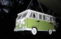De VW Bus Birdhouse is handgemaakt, massief hout, en geschilderd met buiten verf. De verf die gebruikt zal jarenlang duren zoals het werd ontworpen om te worden gebruikt voor het buitenleven, en bestand tegen alle weersomstandigheden. De VW Bus Birdhouse is 7 inch, 14 inch lang, en 6