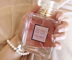 how to make perfume Perfume Glamour, Perfume Scents, Perfume Bottles, Dolce E Gabbana, Perfume Collection, Smell Good, Pink Aesthetic, Makeup Collection