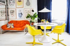 Combined living and dining space. The retro yellow plastic chairs work surprisingly well with the orange velvet sofa. An Eero Saarinen (or a copy) table matches the style perfectly. From Hus och Hem