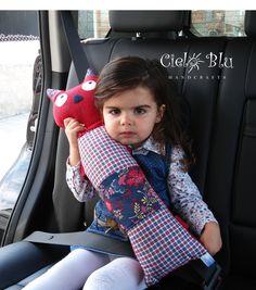 Boa ideia para proteger as crianças de se magoarem com o cinto de segurança e ainda podem encostar a cabecinha para dormirem - Seatbelt Pillow / Cat