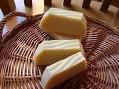 Ou peaux sensibles... 204 gr d'hv de coco 132 gr d'hv de colza 200 gr de beurre de karité brut 200 gr d'hv d'olive 73...