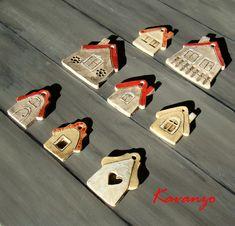 Vesničko má, keramická Osm keramických domečků na zavěšení. Engoba, bílá a červená glazura. Nejmenší má na výšku 5 cm, největší 7. Cena za kus