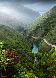 Lake San Domenico, Villalago (L'Aquila), Abruzzo, Italy San Domenico See in einem romantisch verschlafenen Tal in den Abruzzen in Italien. Hohe Berghänge und lange Wanderwege mit einer traumhaften Aussicht.