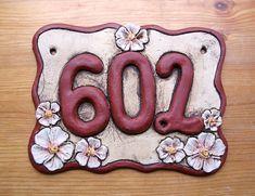 Keramické domovní číslo laděno do červeně hnědých odstínů, zdobené květy třešní Ceramic House Numbers, Ceramic Houses, Pottery, Sign, Clays, Frames, Ceramic Tile Crafts, House Numbers, Hall Pottery