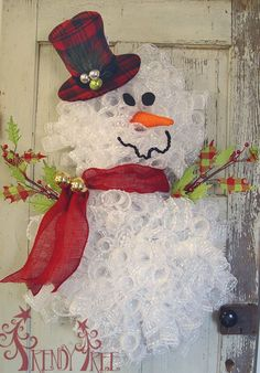 Snowman wreath tutorial using pencil wreaths, snowball mesh, RAZ burlap top hat Wreath Crafts, Diy Wreath, Christmas Projects, Holiday Crafts, Tulle Wreath, Wreath Ideas, Wreath Making, Christmas Door Decorations, Holiday Wreaths