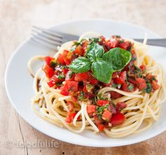 Spaghetti with raw tomato sauce. A traditional recipe.