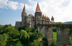 Google Image Result for http://img.ezinemark.com/imagemanager2/files/30003693/2010/12/2010-12-03-10-36-32-5-hunyad-castle.jpeg