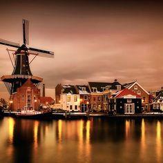 Localizada a apenas 15 minutos de Amsterdam, a cidade de Haarlem é um passeio imperdível, além de linda e super charmosa, ela possui uma história riquíssima.  Envie um email para contato@conexaoamsterdam.com.br e nós te ajudaremos a deixar a sua viagem ainda mais especial. |www.conexaoamsterdam.com.br|  #Amsterdam#Amsterda#Amsterdao#Holanda#Holland #EuroTrip #ConexaoAmsterdam #Viagens #FotodoDia #InstaTravel #TravelGram #ThisIsHolland #LuxuryPlaces #LuxuryTravel#Haarlem