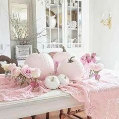 Pink pumpkin decorations, perfect for a girly Halloween! Pink Halloween, Trendy Halloween, Halloween 2018, Halloween Tips, Otoño Baby Shower, Girl Shower, October Baby Showers, Fall Baby Showers, Shabby Chic Fall
