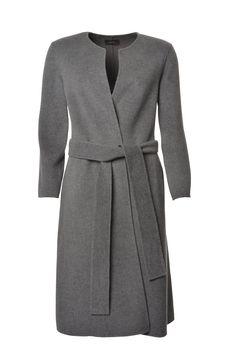 Der puristisch-elegante Double Cashmere Coat in der Trendfarbe Hellgrau ist ein absolutes Must-have des Londoner It-Brands Joseph. Komplett aus weichstem Kaschmir-Wollmix geschneidert, ist er ein besonders kuscheliges und feines Stück, das dank der doppelten Fassung wunderbar warm hält. Der schlichte Schnitt in leichter Oversized-Form entspricht dem aktuellen Hype um grosse, cleane Silhouetten. Wir lieben den…