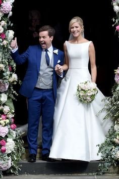 Declan Donnelly and Ali Astall are married! And the bride looked beautiful in an allover satin gown and a long ribbon edge veil.