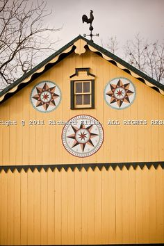 Traditional Amish barn with hex sign Mascot, PA.a good barn quilt for Em