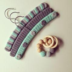 Gehaakte kledinghangers en houten bijtring Crochet Gifts, Cute Crochet, Crochet For Kids, Crochet Baby, Baby Coat Hangers, Hanger Crafts, Crochet Coat, Crochet Decoration, Knitted Throws