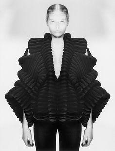 Sculptural Fashion - couture knitwear with shape & symmetrical structure… 3d Fashion, Knitwear Fashion, Knit Fashion, Fashion Details, High Fashion, Ideias Fashion, Fashion Design, 3d Mode, Sandra Backlund
