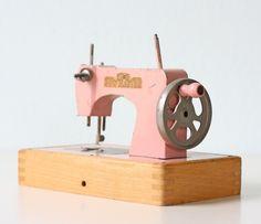 Vintage Sewing Machine - KAY AN EE