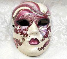 Volto Perla rosa. Or11. Maschera realizzata completamente a mano in cartapesta con l'aggiunta dello screpolato (Craquelè).Pezzo Unico. Le decorazioni, anch'esse realizzate a mano, sono in colori acrilici e di alto livello dal punto...