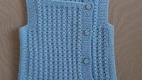 3 Düz 1 Büz Örneğinde Yandan Düğmeli Kare Yakalı Kolay Çocuk Yeleği Yapımı. 3 yaş Baby Knitting Patterns, Sweaters, Fashion, Moda, Fashion Styles, Sweater, Fashion Illustrations, Sweatshirts, Pullover Sweaters
