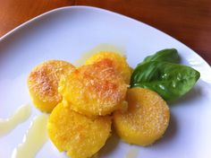 GNOCCHI ALLA ROMANA piatto tipico Laziale, sono dei dischetti tondi di semolino, caratterizzati da una piacevole crosticina grazie al formaggio. L'impasto è fatto con semolino, latte, burro, uova e Parmigiano Reggiano o Pecorino Romano, viene fatto raffreddare, tagliato a dischetti e passato al forno #RicetteTipiche #FoodBlogger #CarnevaliLuigi https://www.instagram.com/carnevaliluigi/  https://twitter.com/luigicarnevali
