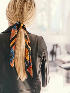 Blonde hair and a printed scarf - Hairstyle Scarf Hairstyles, Pretty Hairstyles, Teenage Hairstyles, Spring Hairstyles, Hairstyles 2018, Hair Inspo, Hair Inspiration, Hair Accessories For Women, Mode Style