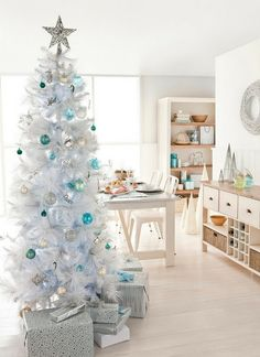 Check Out 25 White And Silver Christmas Tree Decorations Ideas. Silver and white colors are the best ones to remind of icy winter days. They are amazing for décor – white snowflakes, silver garlands and, of course, white Christmas tree decorations! White Christmas Tree Decorations, Creative Christmas Trees, White Christmas Trees, Beautiful Christmas Trees, Silver Christmas, Noel Christmas, Green Christmas, Retro Christmas, Holiday Decor
