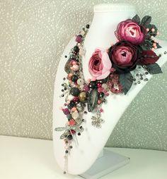 Купить Сад Сумрачной Розы. Колье из натуральных камней, три броши-цветка - комбинированный, розовый