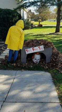Diy halloween outdoor decoration for a super scary front yard 00002 Entrada Halloween, Casa Halloween, Halloween Tags, Halloween Party Decor, Halloween Fashion, Scary Halloween Yard, Halloween Witches, Happy Halloween, Halloween 2019