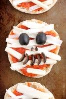 Mini Mummy Pizzas are a fun and easy food the kids can make for Halloween! Halloween Pizza, Halloween Treats, Halloween Party, Dessert Pizza, Party Food And Drinks, Holiday Recipes, Holiday Foods, Air Fryer Recipes, Easy Meals