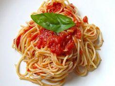 Informação Nutricional: Macarrão molho vermelho. Porção, calorias, gorduras totais, saturadas, colesterol, sódio, carboidratos, fibras, açúcar, proteínas,