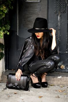 Beautiful total black outfit, the hat in particular Style Work, Mode Style, Style Me, Black Style, Edgy Style, Total Black, All Black, Black Felt, Black Magic