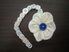 Pulseira de botões, com flor de feltro.