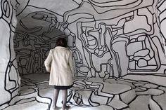 Een vrouw bekijkt  'Le jardin d'Hiver'  een werk van de Franse kunstenaar Jean Dubuffet  in het museum voor moderne kunst in het Centre Pompidou in Parijs....
