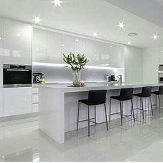 O charme de uma cozinha branca ❤❤ detalhe dos armários até o teto trazendo amplitude visual e a iluminação maravilhosa Gostaram?? @construindominhacasaclean Veja + no www.construindominhacasaclean.com Se você precisa de ajuda para decorar algum...