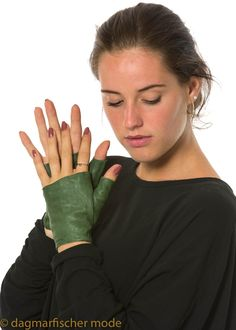 This simple fingerless gloves from finest lamb skin are a stylish accessory for an individual look. RUNDHOLZ DIP - dagmarfischermode.de #gloves #fingerless #green #lamb