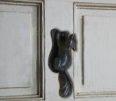 Bronge squirrel door knocker Door Knockers, Squirrel, Door Handles, Bronze, Doors, Home Decor, Decoration Home, Room Decor, Squirrels