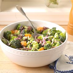 48 Easy Side Salads That Go With Any Meal These simple side salad recipes are the perfect co-star for any main dish. Add a splash of color to dinner tonight. Simple Side Salad Recipe, Side Salad Recipes, Salad Recipes For Dinner, Healthy Salad Recipes, Fresh Broccoli, Broccoli Salad, Broccoli Recipes, Veggie Recipes, Nutrition