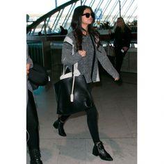 <p>Cosy et stylé, deux adjectifs qui correspondent parfaitement au look de Séléna Gomez. Enfilez des leggings et un long pull en maille par-dessus. Aux pieds, des boots plates en cuir noir suffisent. </p>