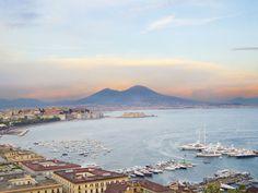 La Campania, situada en la parte meridional de Italia,se extiende por la vertiente delmar Tirreno, desde la desembocadura delGariglianohasta elGolfo de...
