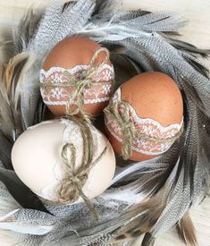 Decorate Easter eggs instead of coloring them? - Feather nest for Easter Informations About Ostereier schmücken statt färben? Easter Arts And Crafts, Diy And Crafts, Crafts For Kids, Easter Table, Easter Eggs, Ostern Party, Decoration Vitrine, Egg Designs, Easter Holidays