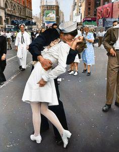 Famosa fotografía (coloreada digitalmente) de Alfred Eisenstadt que retrata a un marinero estadounidense besando a una mujer vestida de blanco durante las celebraciones del Día de la Victoria sobre Japón en Times Square el 14 de agosto de 1945
