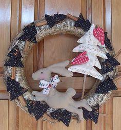 Corona de navidad Christmas Diy, Christmas Wreaths, Christmas Decorations, Reindeer Craft, Navidad Diy, Reno, 4th Of July Wreath, Burlap Wreath, Ideas Para