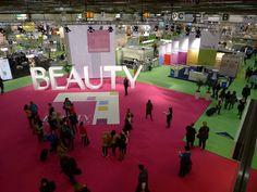 <p>Im Eingangsbereich der Beauty Fachmesse in Düsseldorf wurde ein FOTOBODEN™ für das zentrale Fotomotiv verwendet. Die Wirkung scheint zu funktionieren, denn wenn man genau schaut, sieht man mehrere Personen, die gerade das Eingangsmotiv fotografieren. Eine tolle Langzeitwerbung für die Beauty.</p>