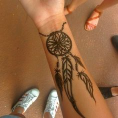 Henna tattoo designs are for tattoo lovers who don't wish to go under the needles. Check out some breathtaking henna tattoos for wrists, arms, and legs here. Henna Tattoo Hand, Henna Mehndi, Arte Mehndi, Henna Tattoo Muster, Small Henna Tattoos, Henna Ink, Simple Henna Tattoo, Henna Body Art, Trendy Tattoos