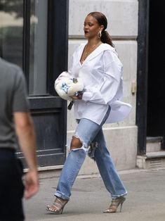 Boyfriend Shirt Outfits, White Shirt Outfits, White Shirt And Jeans, All Jeans, Denim Outfit, Cute Casual Outfits, Rihanna Street Style, Mode Rihanna, Oversized Shirt Outfit