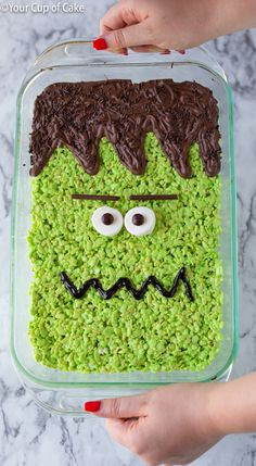 Turn a pan of regular rice krispies into a BIG Frankenstein Rice Krispie Treat for Halloween! I love an easy no-bake recipe! Turn a pan of regular rice krispies into a BIG Frankenstein Rice Krispie Treat for Halloween! I love an easy no-bake recipe! Halloween Snacks, Hallowen Food, Fete Halloween, Holiday Snacks, Halloween Goodies, Holiday Recipes, Healthy Halloween, Dessert Recipes Halloween, Easy Halloween Desserts
