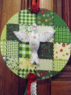 Mandala média do Divino, trabalhada com tecido de algodão, florezinhas, renda e fita  Divino em resina trabalhado em pátina provençal Base em CD  Peça única  Diâmetro: 12 cm R$ 25,00
