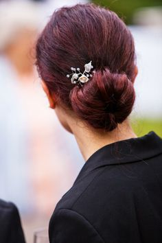 For a super classic look that's perfect for a formal event or work, try a chignon. This video guide shows you how! #hair #hairstyle #updo #chignon