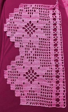 This is an interesting and nice stitch pattern: the Chevron Retro Stitch Wave Crochet pattern which I'm sure you guys would like to know how it is done. This lace chevron stitch is easy to make and is perfect for shawls and blankets. Crochet Edging Patterns, Crochet Lace Edging, Crochet Borders, Crochet Trim, Filet Crochet, Crochet Doilies, Easy Crochet, Pinterest Crochet, Crochet Christmas Ornaments